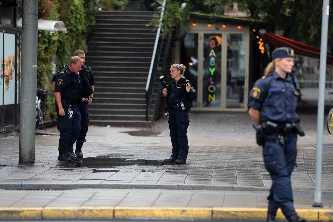 Polisen undersöker platsen.