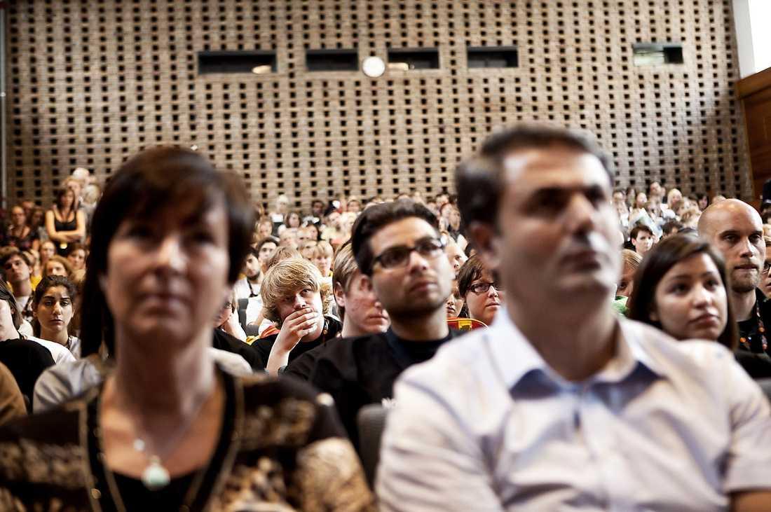 """HEDRADE OFFREN När medlemmarna fyller salen under SSU:s kongress är det flera bland de församlade som börjar att gråta. """"Tårarna trillade. För vi såg framför oss att precis så såg AUF:arna ut när lägret på Utøya inleddes"""", säger Mona Sahlin under sitt tal."""