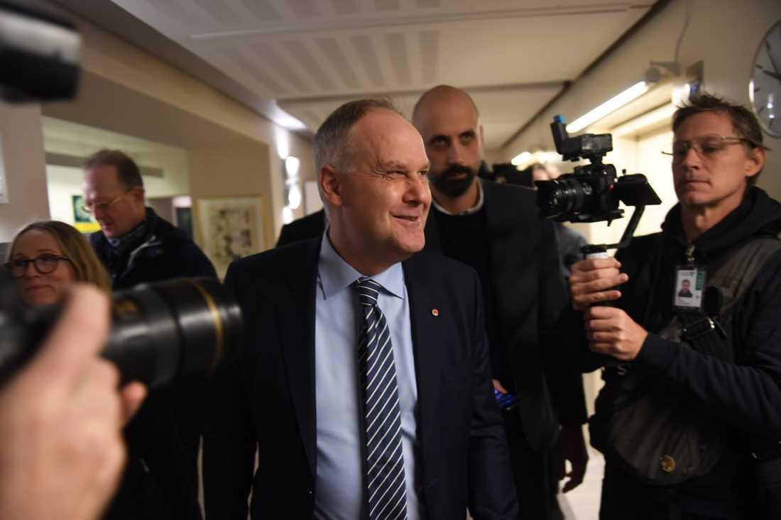 Vänsterpartiets Jonas Sjöstedt  på väg för att träffa talmannen Andreas Norlén.