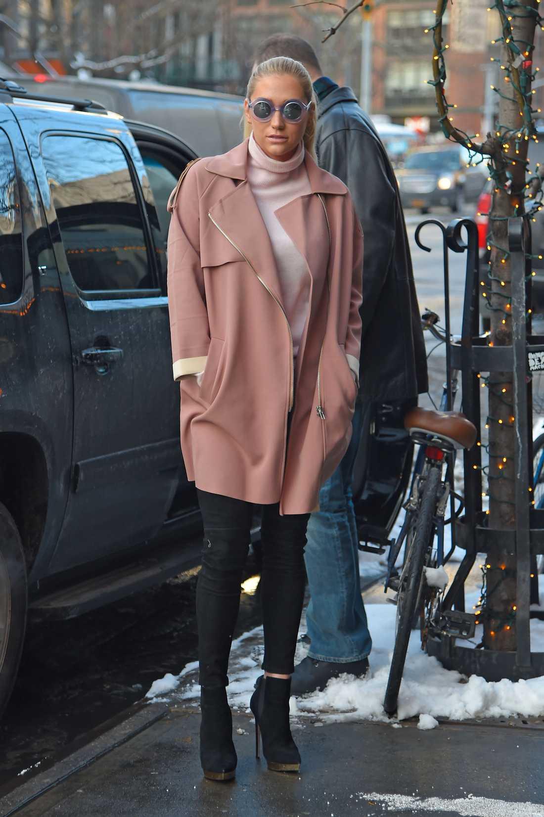 Kesha Kesha livar upp vintern i våriga pasteller. Snyggt matchat med jacka och solbrillor i samma ton