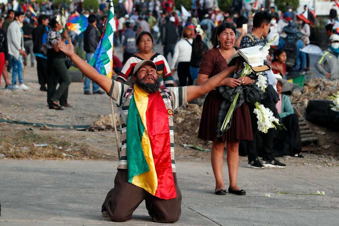 En av Evo Morales supportrar lyfter händerna och ber polisen om tillstånd att marschera till stöd för den förre presidenten, som avgick och flydde till Mexiko den 12 november. Cochamba, Bolivia.