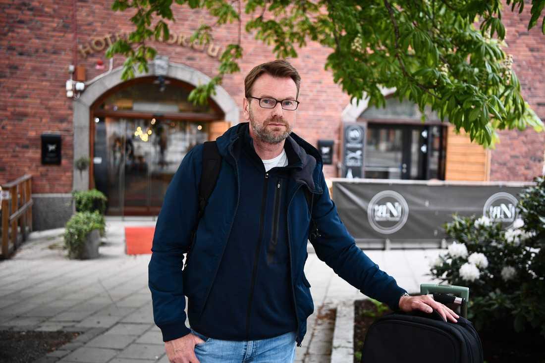 Reiner var på väg utomlands för ett nytt jobb. Men med coronapandemin tvingades han stanna i Sverige och bor nu på hotell.