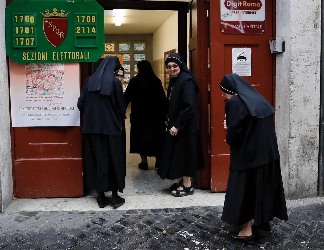 Katolska nunnor vid en vallokal i Rom.