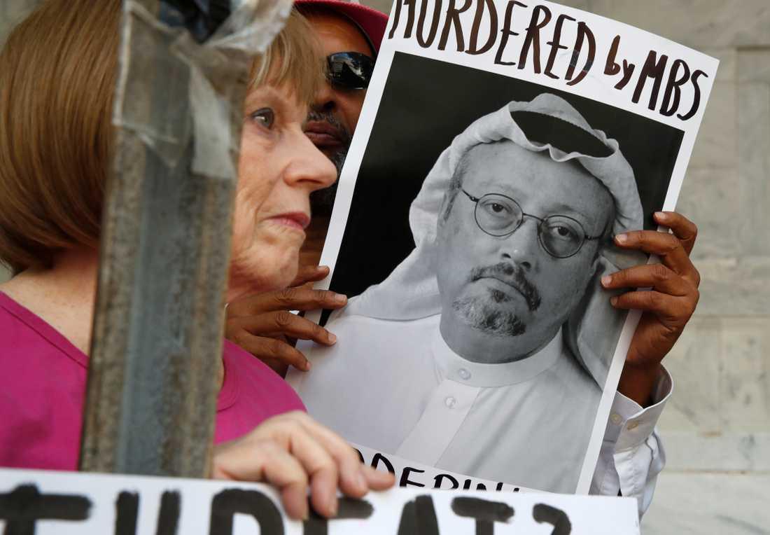 En demonstrant utanför Saudiarabiens ambassad i Washington med en bild på den försvunne journalisten Jamal Khashoggi.