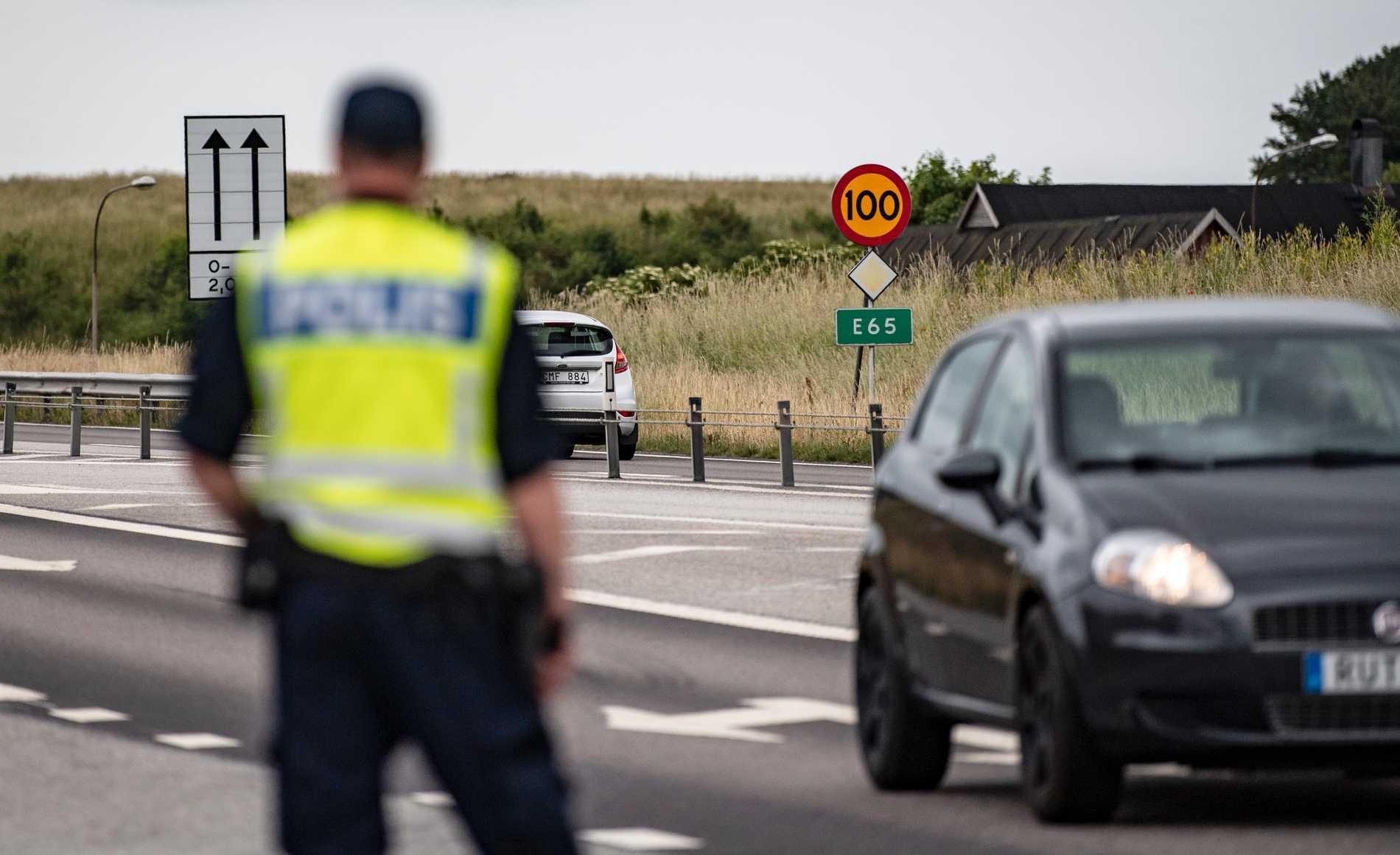 Polisen genomförde fordonskontroller längs E65 mellan Ystad och Sturupsavfarten på onsdagen. Ytterligare tre fordon har utsatts för stenkastning rapporterar lokala medier. Arkivbild.