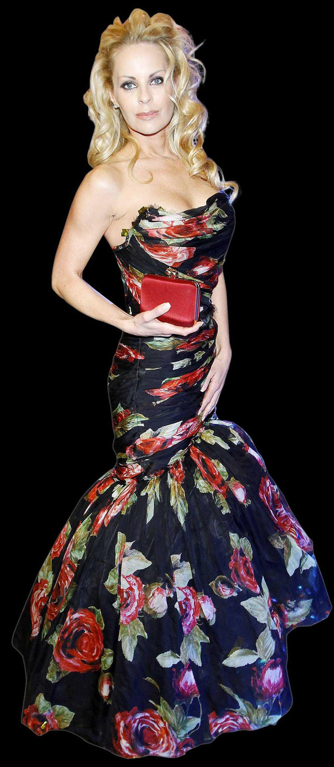 """NINA: En urhärlig klänning som skulle funka på vilken Oscars-gala som helst. Dock hade jag önskat en bättre frisyr till den här läckra blommiga saken. Den här frisyren säger mer """"Pamela Anderson"""" än """"Grace Kelly"""" om ni förstår…"""