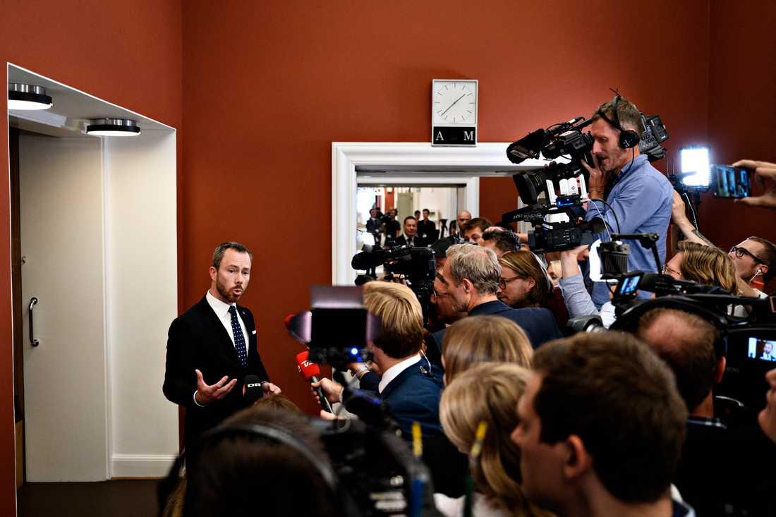 Jakob Ellemann-Jensen (V) talar med journalister på Christiansborg i Köpenhamn. Förmågan att nå ut med sitt budskap, ofta med glimten i ögat, beskrivs som en tillgång.