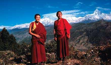 Det är inte alls ovanligt att stöta på buddistmunkar längs stigen till berget Api Himal i Nepal.
