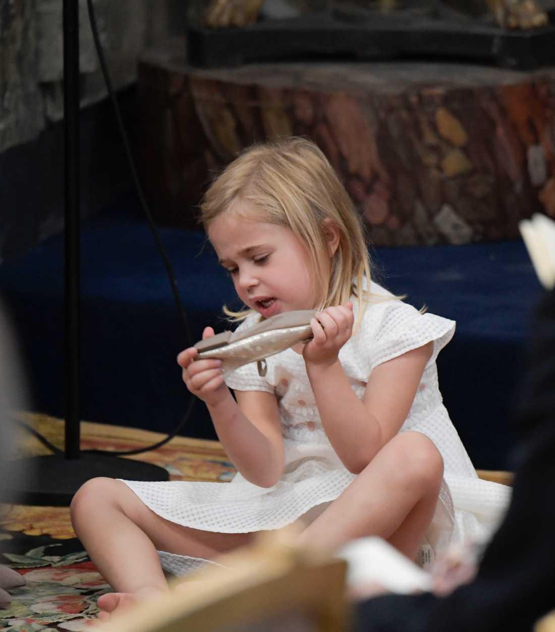 Prinsessan Leonore med sina skor i Drottningholms Slottskyrka.