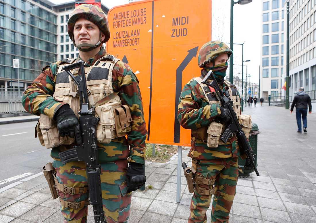 Terrorattacken i Bryssel. 34 människor dog och över 250 skadades av två bomber i avgångshallen på flygplatsen Zaventem och en bomb i tunnelbanan nära stationen Maelbeek den 22 mars 2016. is har tagit på sig attentaten. Khalid el Bakraoui och Ibrahim el Bakraoui och Najim Laachraoui misstänkts för dådet på flygplatsen. Militärer vid justitiepalatset.