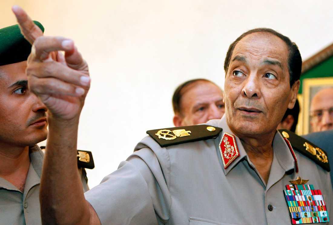 Styr Militärrådet med Mohamed Hussein Tantawi i spetsen tog själva över den lagstiftande makten i landet.