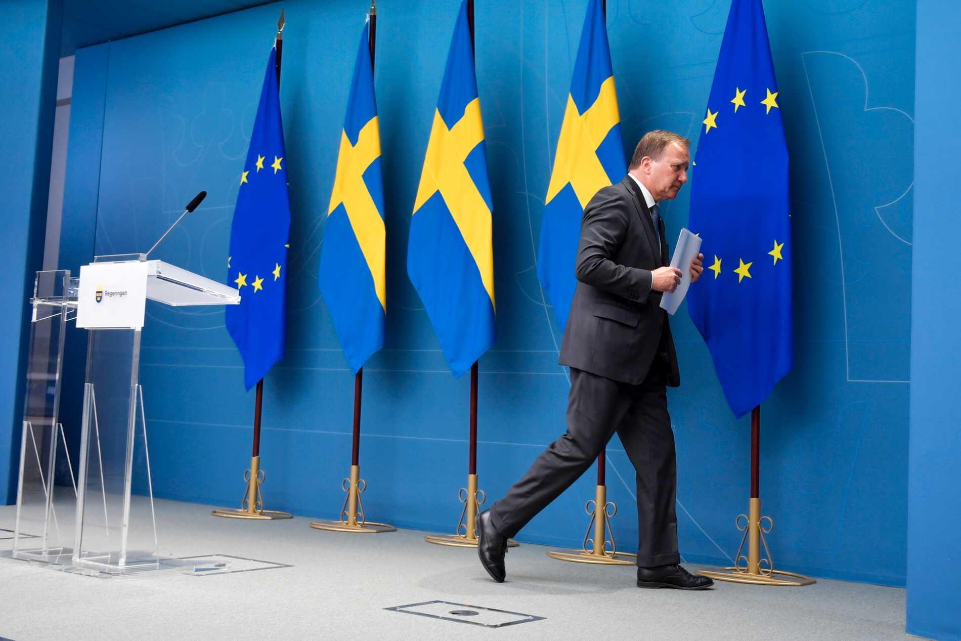 Statsminister Stefan Löfven (S) på väg ut från pressträffen i Rosenbad efter att ha förlorat misstroendeomröstningen i riksdagen.