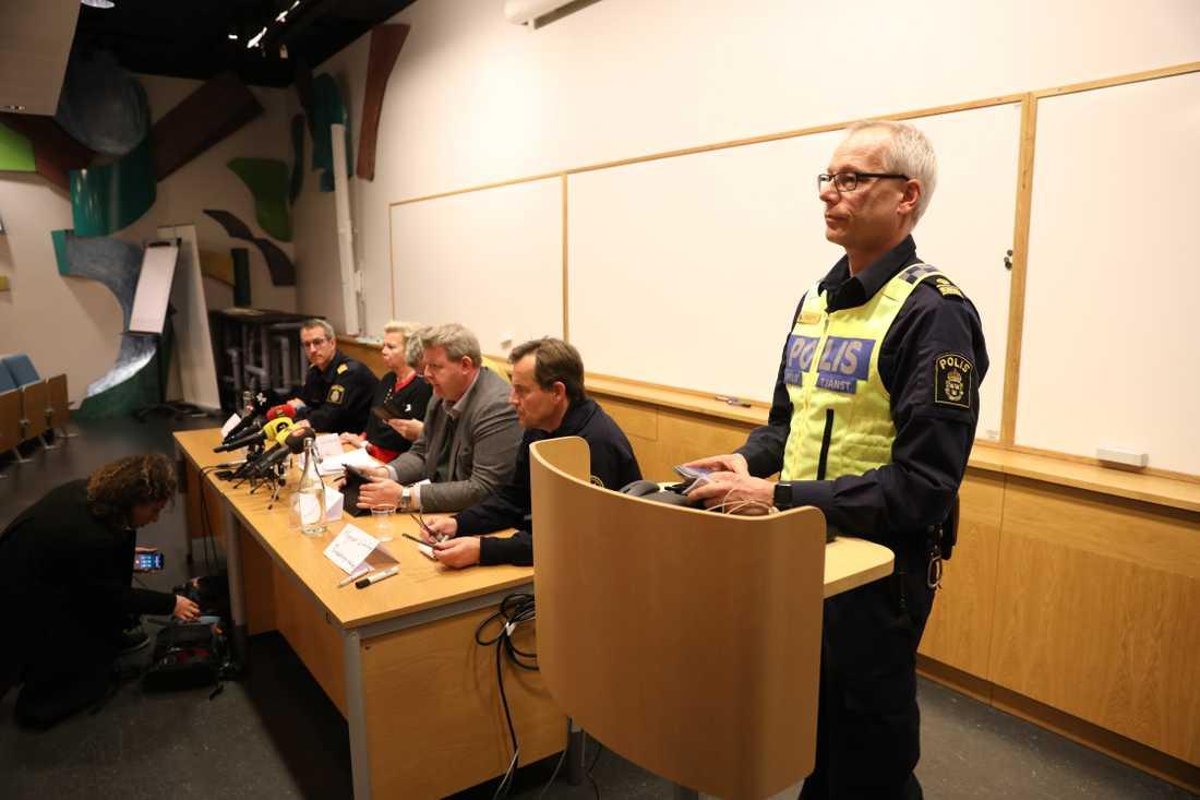 Polisen håller presskonferens.