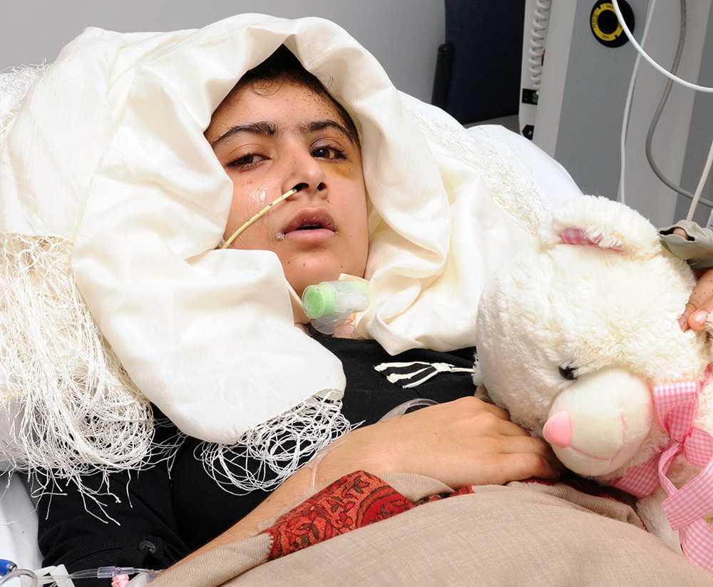 Den 9 oktober 2012, när Malala Yousafzai var på väg hem med en skolbuss, sköts hon i huvudet. Talibanerna tog på sig ansvaret för mordförsöket.