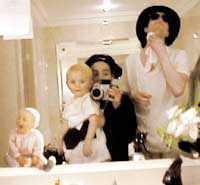 FAMILJEN JACKSON Delar av familjen Jackson i badrummet till sin lyxsvit under besöket på Eurodisney utanför Paris 1999. I mitten äldste sonen Prince, babyn till vänster kan vara dottern Paris.