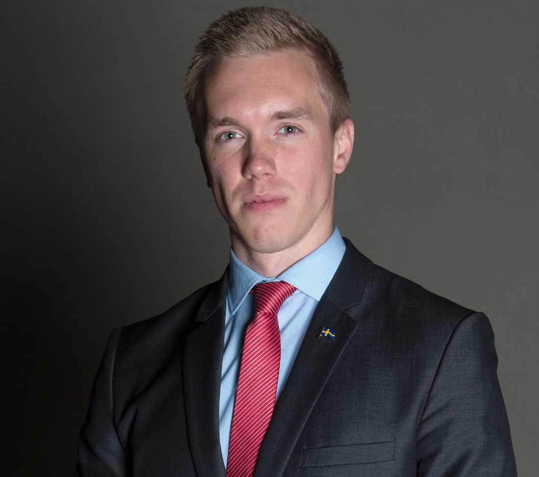 William Hahne, 22.  SDU:s William Hahne vill ta makten i SD:s Stockholmsdistrikt - det meddelar han i dag i ett videoklipp på Youtube. Det är ett slag i ansiktet mot de sverigedemokratiska partitopparna.