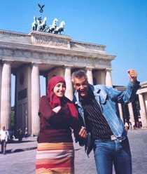 Ernst Kirchsteiger och Nadia Jebril vid Brandenburger Tor i Berlin.