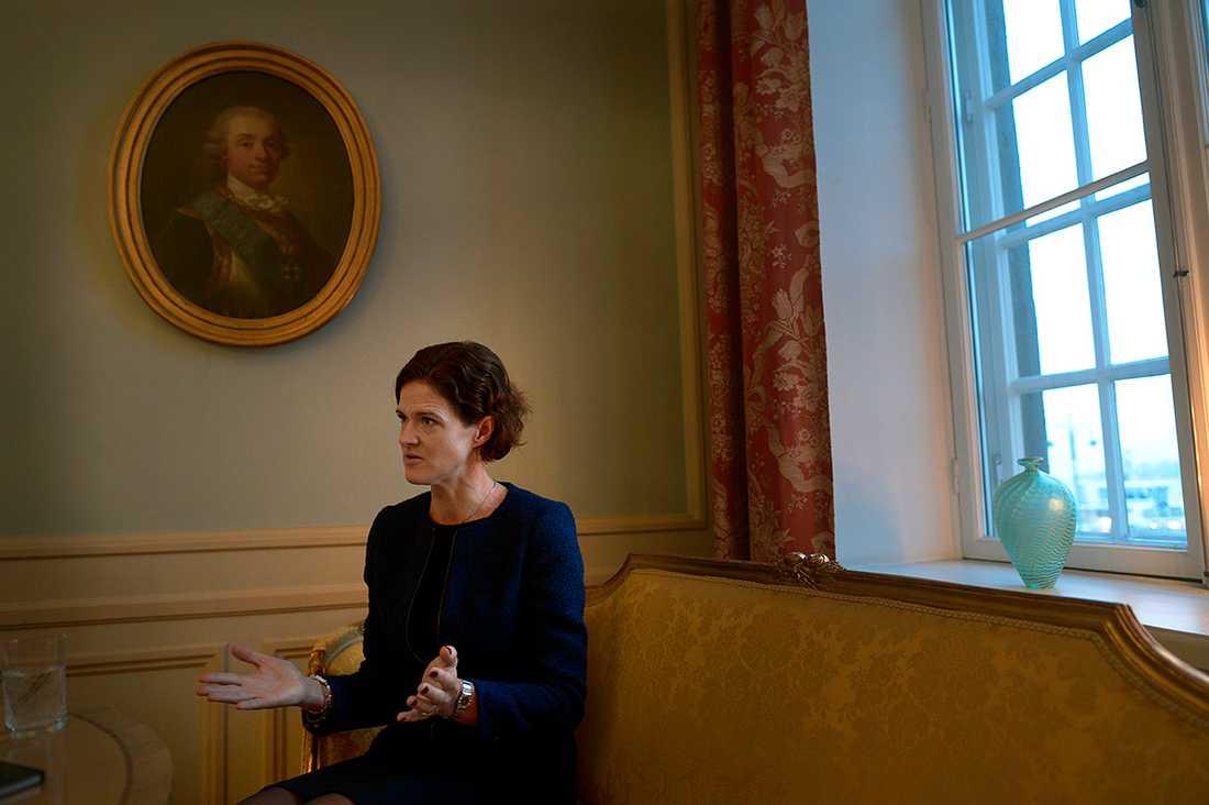 Kinberg Batra under ett besök på Svenska ambassaden i Helsingfors.