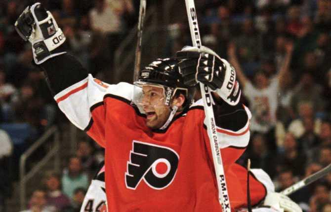 I Philadelphia. Mikael Renberg var omåttligt populär i Flyers där han under flera säsonger utgjorde tredje länk i fruktade  Legion of Doom    kedjan med Eric Lindros och John LeClair.