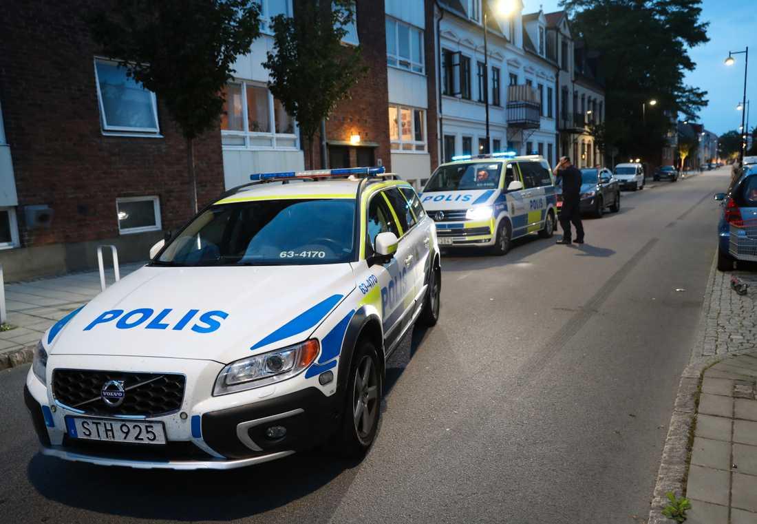 Polispatruller vid den misstänkta brottsplatsen i Landskrona, där en person skottskadades på måndagskvällen.