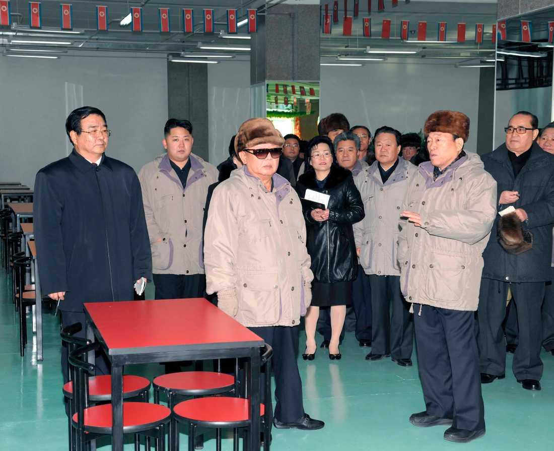 Kim Jong Il inspekterar ett varuhus tillsammans med sin son.