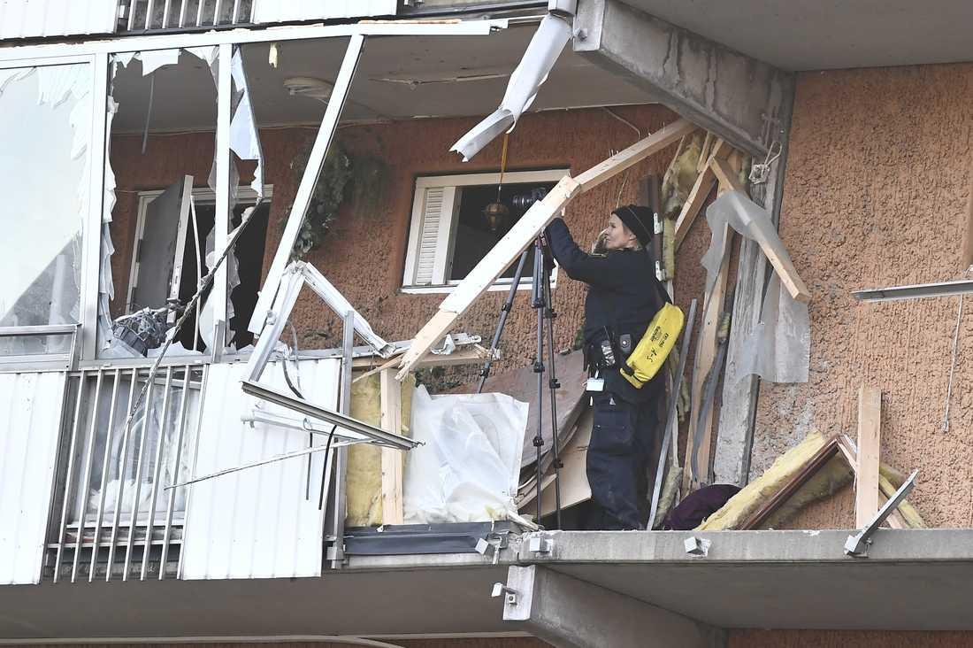 Explosionen detonerade på fjärde våningen och en mängd fönster runt gården krossades.