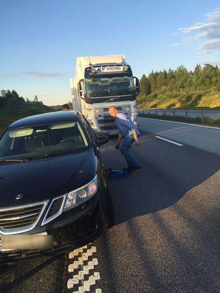Här blockerar lastbilschauffören vägen.