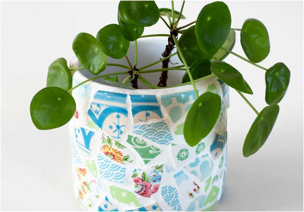 Har du även samlat på dig trasiga muggar eller skålar så passar dessa utmärkt till att lägga mosaik på en kruka eller vas.