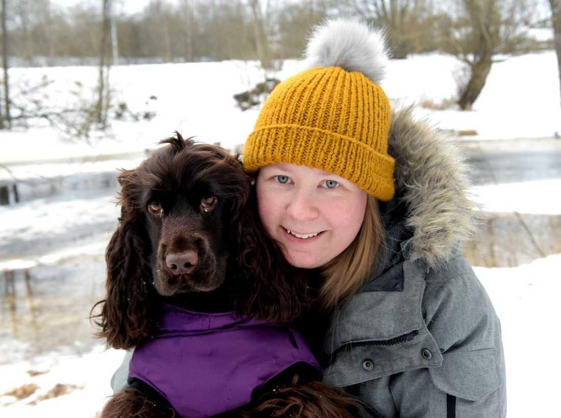 Hunden Vivi och matte Petra Josefsson gick igenom isen i Värnamo.