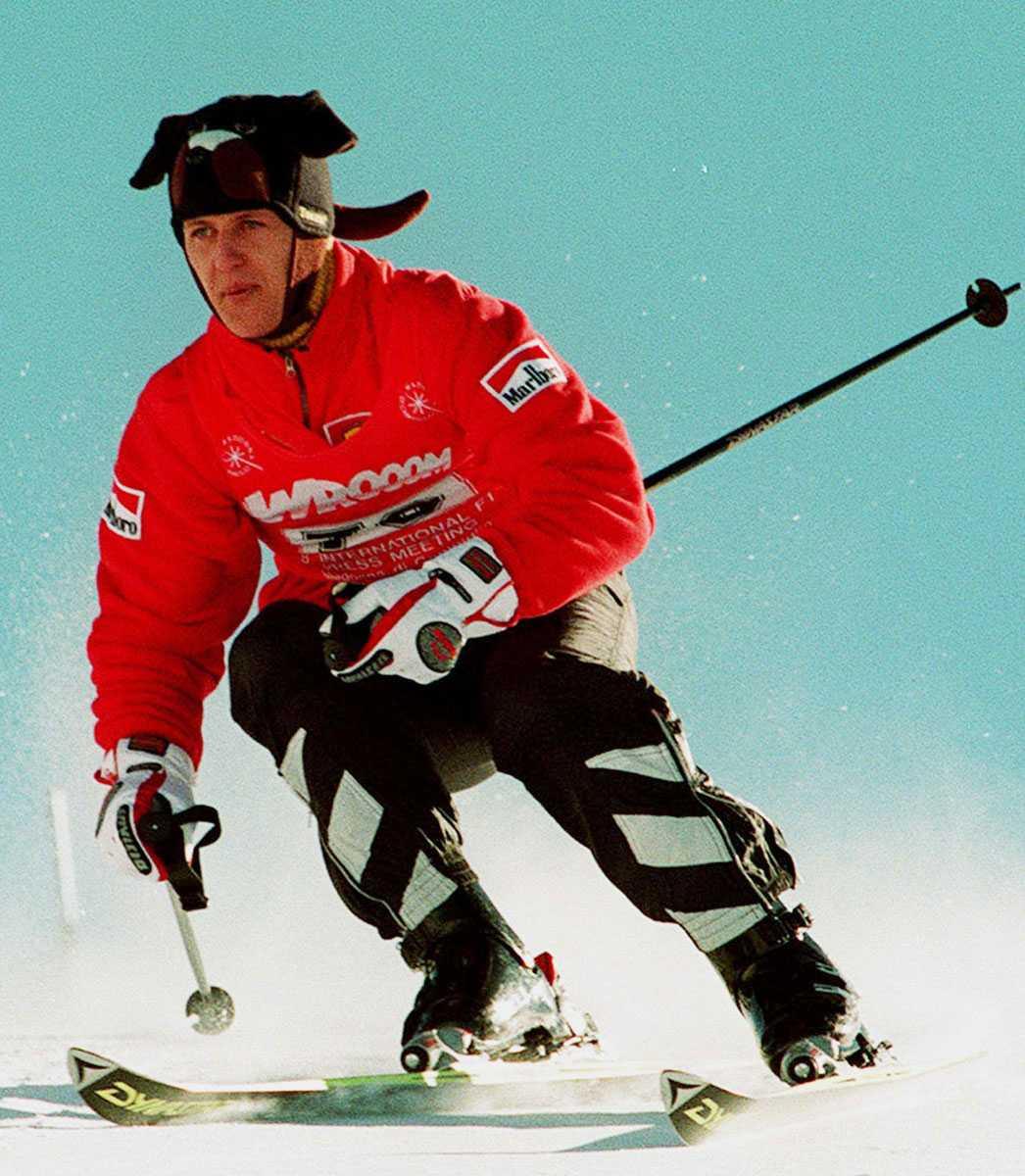 """1998 """"Schumi"""" agerade föråkare inför en skidtävling i italienska alperna för journalister."""
