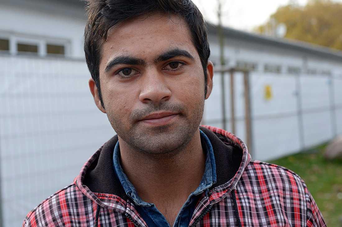 """""""Talibanerna gav mig två varningar, på den tredje skulle de döda mig. Då flydde jag"""", säger Ismail från Afghanistan."""