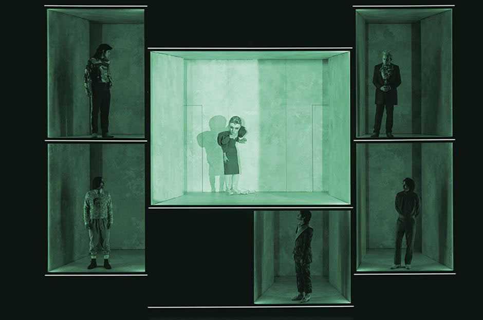 """På den digitala teaterfestivalen """"Lessingtage"""" visas Anne Lenks uppsättning av Schillers """"Maria Stuart"""" –ett lyckat exempel på hur ett coronasäkrat scenografikoncept, skriver Cecilia Djurberg."""