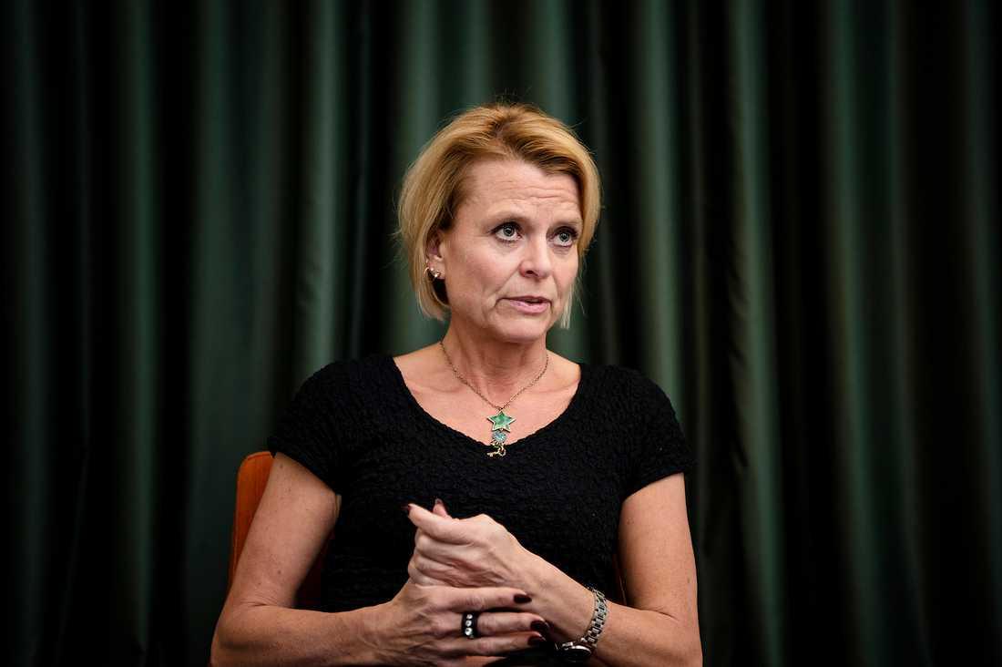 """""""Jag tycker man ska använda assistansersättningen till det som medlen är avsedda för - och att de assistansberättigade har rätt till de här timmarna, säger Åsa Regnér, barn- äldre- och jämställdhetsminister."""