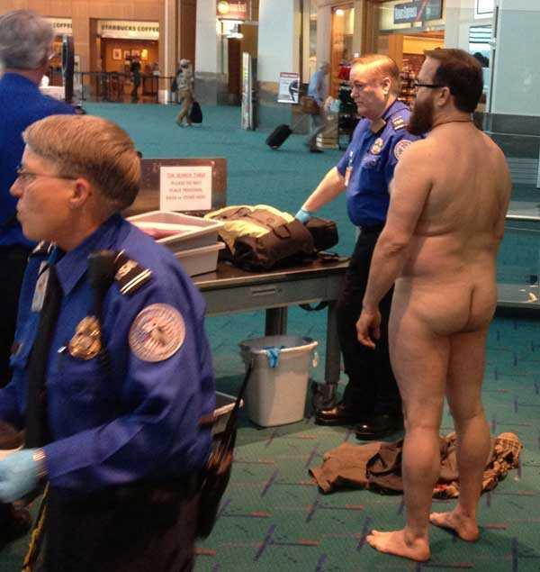 I protest Mannen lessnade på vakten i säkerhetskontrollen och klädde av sig naken.