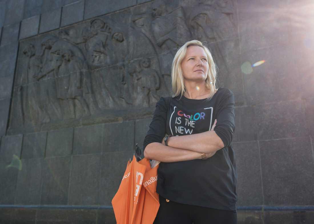 Anna Wawrzyniak vid monumentet till minne av  de mördade i Warszawas getto