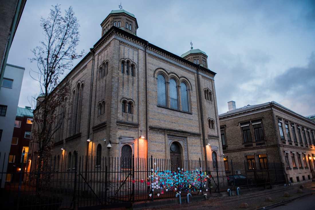 Synagogan i Göteborg utsattes för en brandattack i december 2017. På det staket som omger synagogan fäste göteborgare kärlekshälsningar till församlingen efter händelsen. Nu har Högsta domstolen beslutat att utvisa en av de män som dömdes för dådet. Arkivbild.