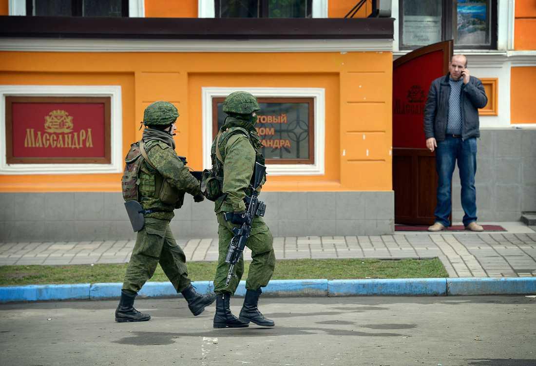 Soldater patrullerar på Sevastopols gator.
