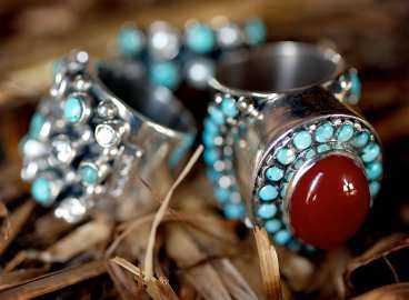 Originellt. Vackra silverringar med turkoser och korall från 499 till 1498 kronor, Kum Kum.