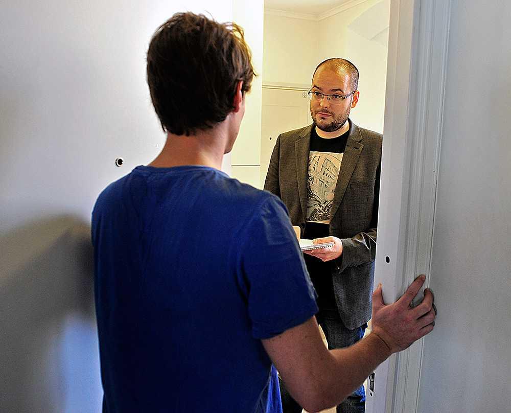 """Aftonbladets reporter, Andreas Söderlund, intervjuar en lägenhetsinnehavare som fått besök av den nya dyrkligan. Eftersom ligan inte lämnar några spår efter sig på dörren trodde inte försäkringsbolaget på Fredrik, 25, när han anmälde inbrottet. """"Som tur var hade vår granne haft inbrott samma dag, vid samma tidpunkt, vilket fick polisen att tro att det inte var ett försäkringsbedrägeri"""", säger Fredrik."""