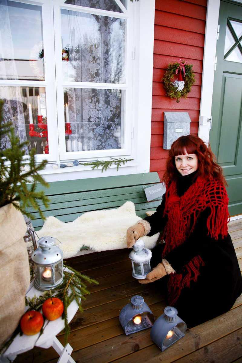 Mysiga lyktor är ett måste på Jennys veranda. Det lilla huset i Sollefteå fullkomligt strålar av jul både ute och inne.