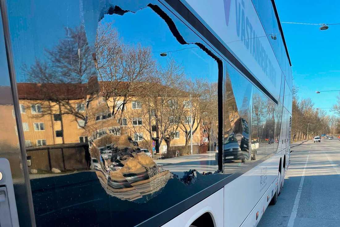 Trasiga fönsterrutor på Leksands spelarbuss.