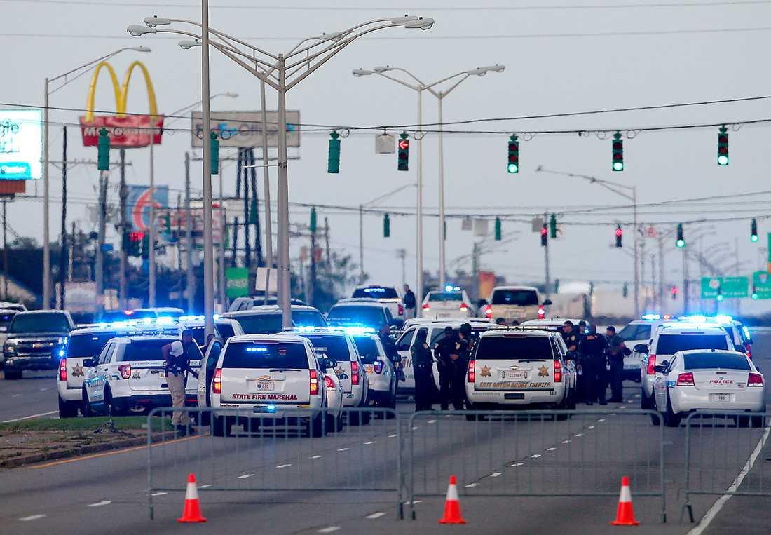 Polis på platsen där tre poliser sköts ihjäl.