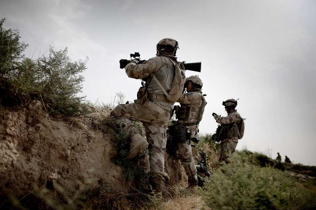 Svenska soldater spanar i området kring Alizayi.