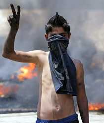 En pojke gör fredstecknet. Men striderna rasar och liknas av Hizbollah vid krig.