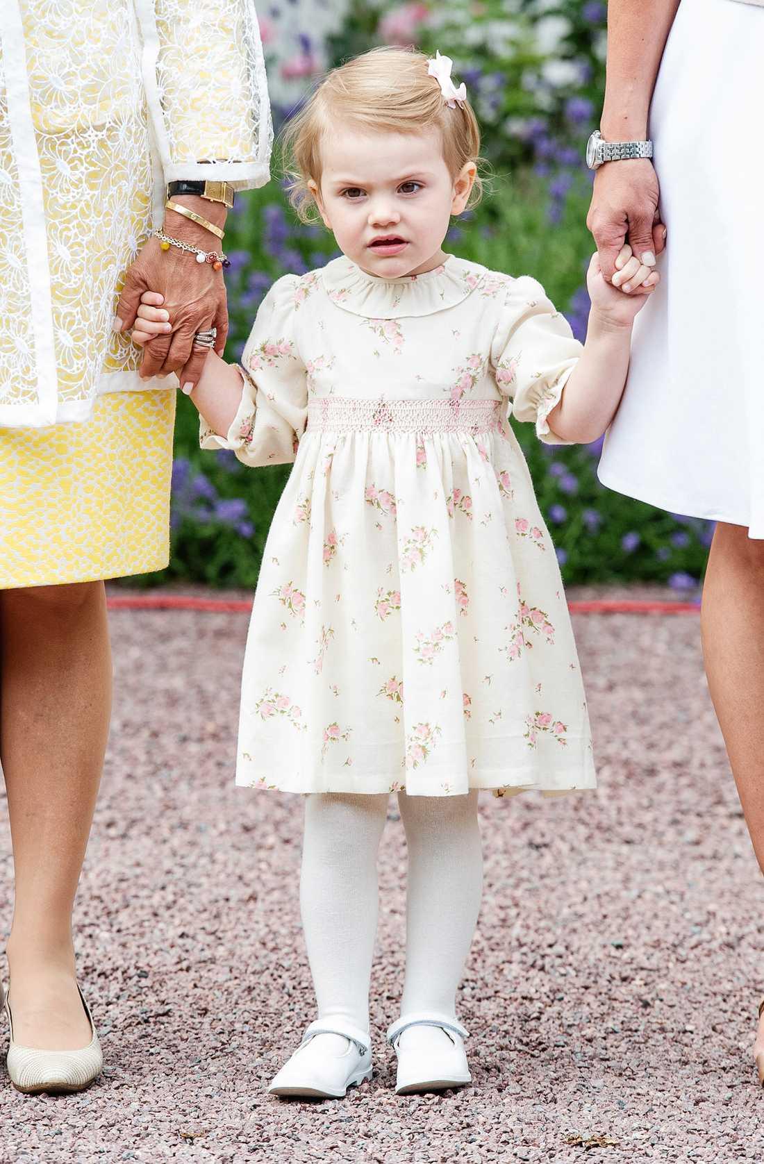 På Victoriadagen 14 juli matchade Estelle sin mamma med vippig klänning och ljusa skor.
