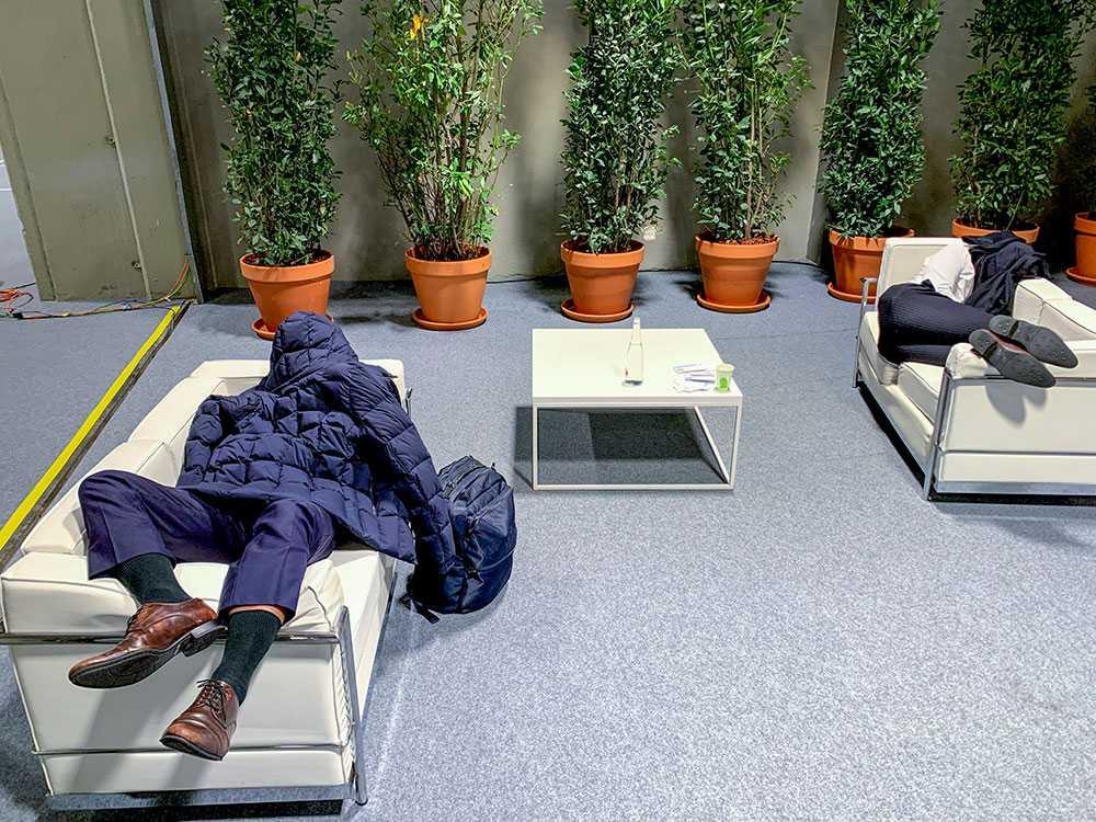 När förhandlingarna gick in på övertid sov mötesdeltagarna där de kunde få plats.