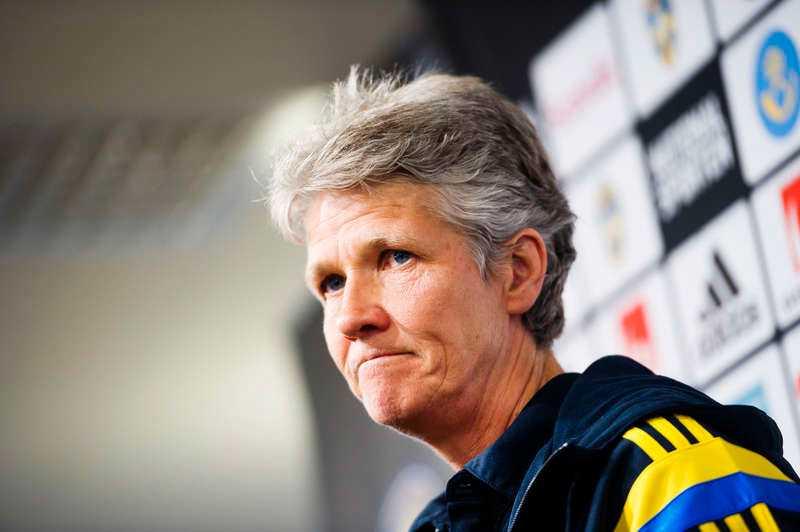 Efter våldsamheterna vid den allsvenska premiären tycker Pia Sundhage att herrfotbollen borde ta en titt mot damallsvenskan.