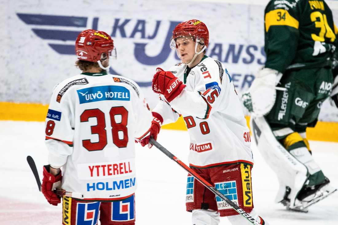 Modos Filip Sveningsson (höger) inledde målkalaset mot Björklöven.