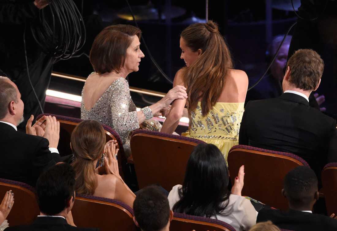 Alicia Vikander med mamma på Oscarsgalan.