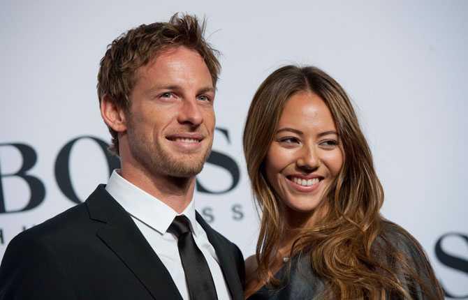 Jessica Michibata, Jenson Buttons flickvän. Hon är en välkänd underklädsmodell i Japan.